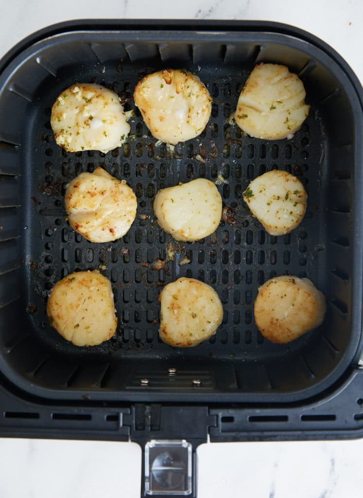 The cooked scallops in the air fryer basket.